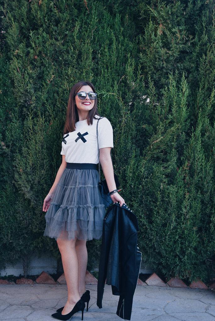 Look completo: falda tul, camiseta blanca y chaqueta negra